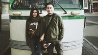 Gaya couple Syahnaz dan Jeje dengan busana berwarna hijau. Dok. Instagram/syahnazs