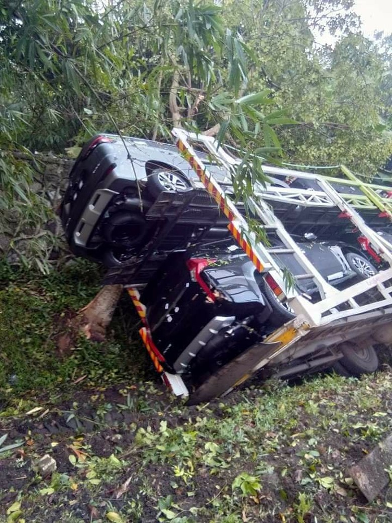 Truk pengangkut Xpander dan Mitsubishi Sport terguling. Foto: Istimewa