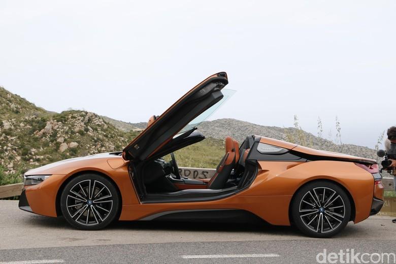 BMW i8 Roadster, mobil listrik atap terbuka yang pakai pintu kupu-kupu. Foto: Dadan Kuswaraharja