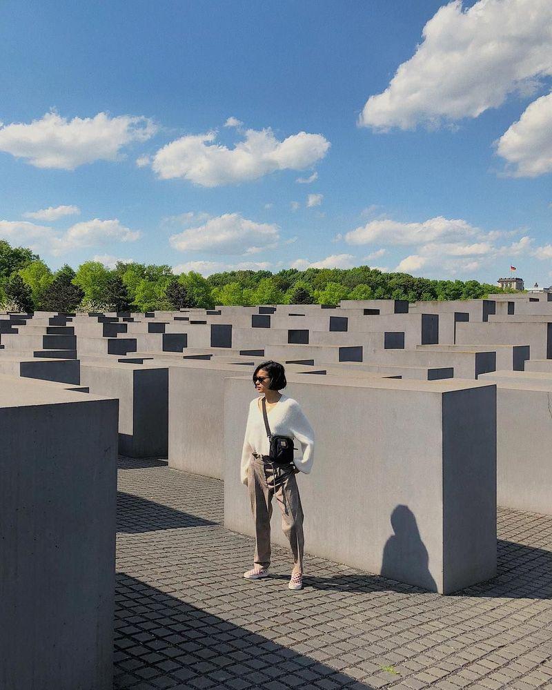 Eva Celia baru saja mengupload fotonya saat berada di Holocaust Monumen. Monumen ini berada di Berlin, Jerman (evacelia/Instagram)