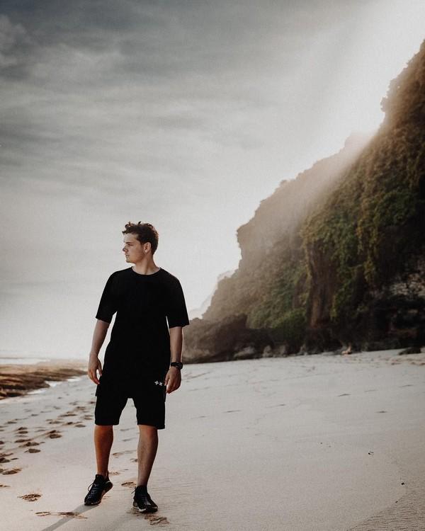 Datang ke Bali tentunya tak lengkap tanpa wisata pantai (martingarrix/Instagram)