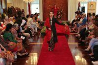 10 Desainer Indonesia yang Sukses Fashion Show di Luar Negeri Berkat Batik