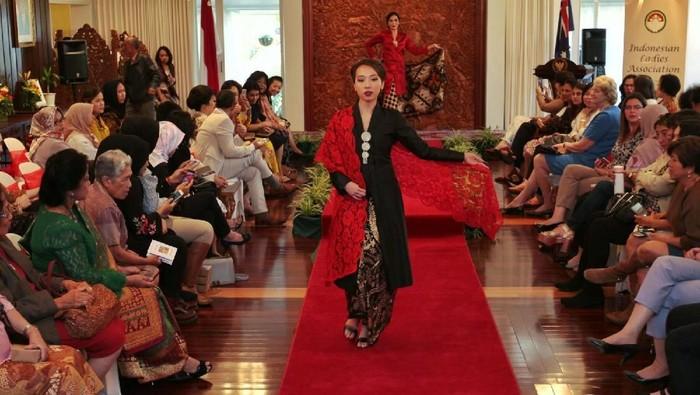 Fashion show batik di Canberra. Foto: Dok. KBRI Canberra