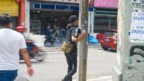 Seniman Malaysia Melawan Pemerintah dengan Stiker