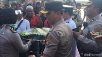 Polisi Beri Tumpeng ke Massa Buruh di Pelabuhan Tanjung Priok