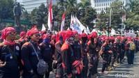 Ribuan buruh tampak berkumpul di sekitar kawasan Patung Kuda di depan Monas.