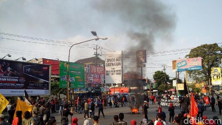 Aksi May Day di Yogya, Massa Bakar Pos Polisi