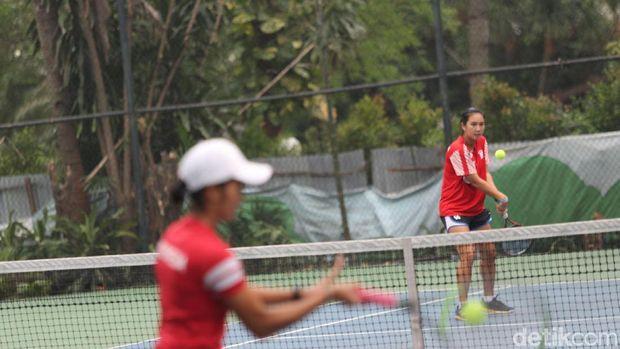 Aldilla Sutjiadi melakukan backhand saat berlatih di pelatnas tenis.