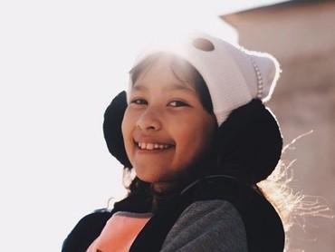 Manis ya putri semata wayang Sultan Djorghi ini. (Foto: Instagram @aqueneazizdjorghi)