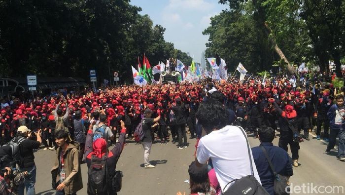 Foto: Ketum PBB Yusril Ihza Mahendra menemui massa KSPI. (Ibnu-detikcom)