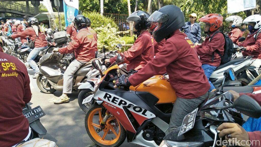 Buruh Ikut Demo Sambil Tunggangi Honda CBR dan Yamaha NMAX
