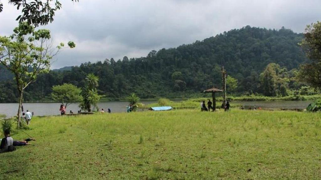 Santai Dulu Yuk di Situ Gunung Sukabumi