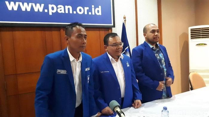 Wasekjen PAN Saleh Partaonan Daulay (tengah).