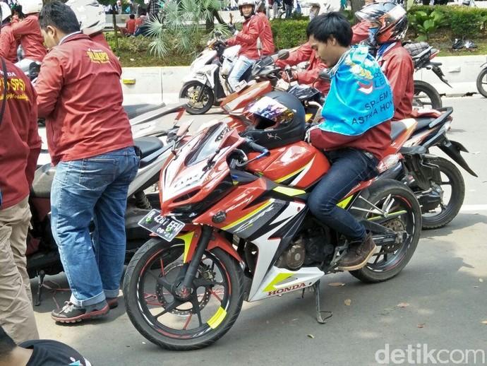 Banyak dari mereka yang mendatangi area aksi dengan menggunakan sepeda motor. Foto: Ruly Kurniawan