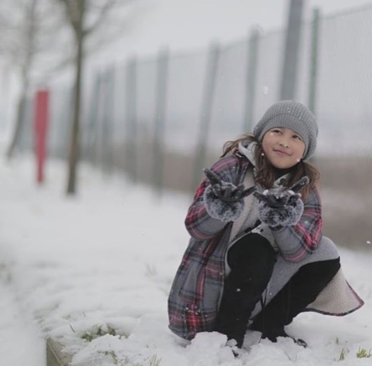 Happy bermain salju saat liburan ke Eropa. (Foto: Instagram @aqueneazizdjorghi)