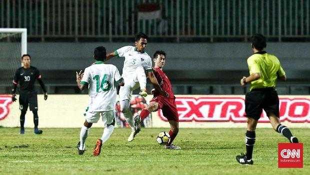 Timnas Indonesia saat melawan Korea Utara di PSS Anniversary Cup 2018. Garuda tergabung di grup neraka pada Piala AFF 2018. (