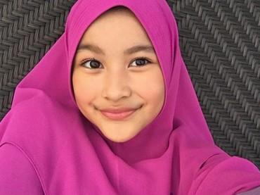 Penampilan Aquene saat pakai hijab. Cantik juga lho. (Foto: Instagram @aqueneazizdjorghi)