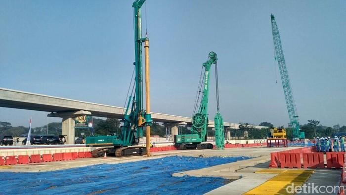 Menteri BUMN Rini Soemarno mengecek lokasi proyek Kereta Cepat Jakarta-Bandung di Halim, Jakarta Timur. Proyek ini terus berjalan setelah pinjaman dari China cair.