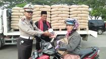 Polantas Bagi-bagi Handuk ke Pengendara Motor di Jakbar