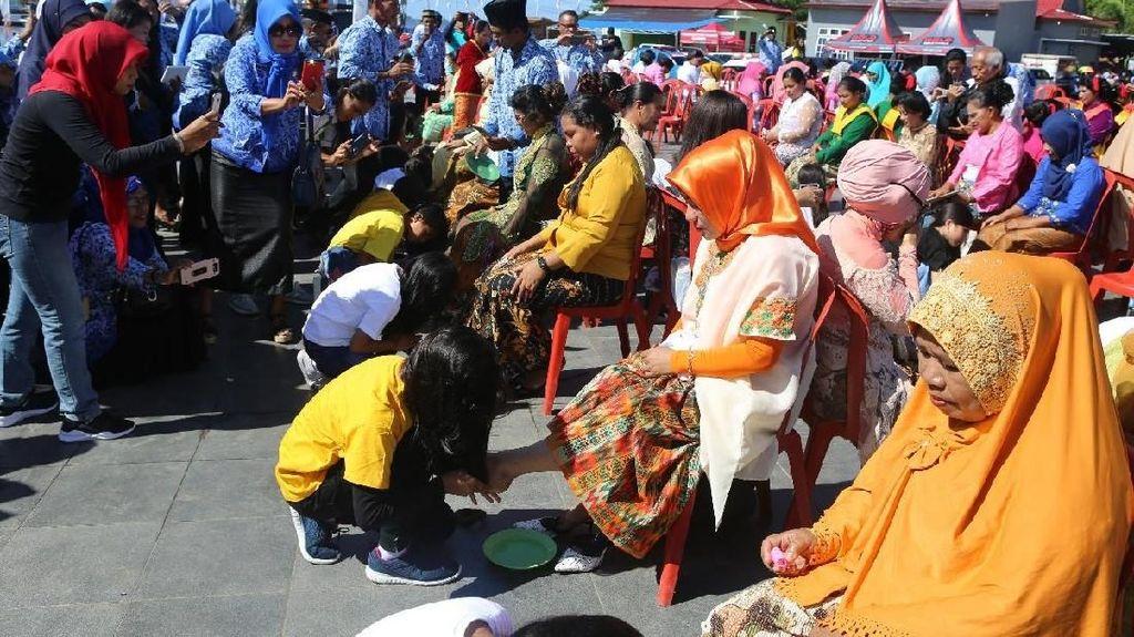 Mengharukan, Tradisi Cuci Kaki Ibu di Halmahera Barat