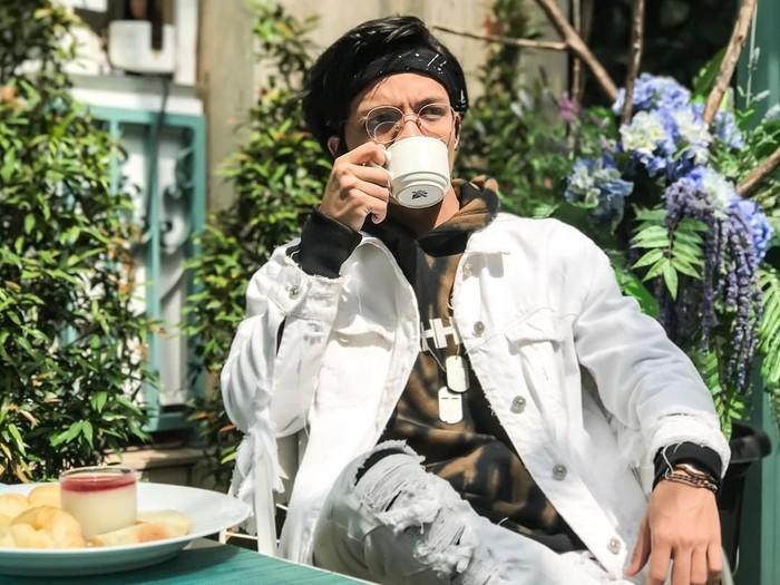 Muhammad Attamimi Halilintar yang merupakan anak pertama Gen Halilintar ternyata doyan ngopi. Begini gaya Atta saat menyesap secangkir kopi. Apa yang ada di dalam piringnya itu, ya? Foto: Instagram @attahalilintar