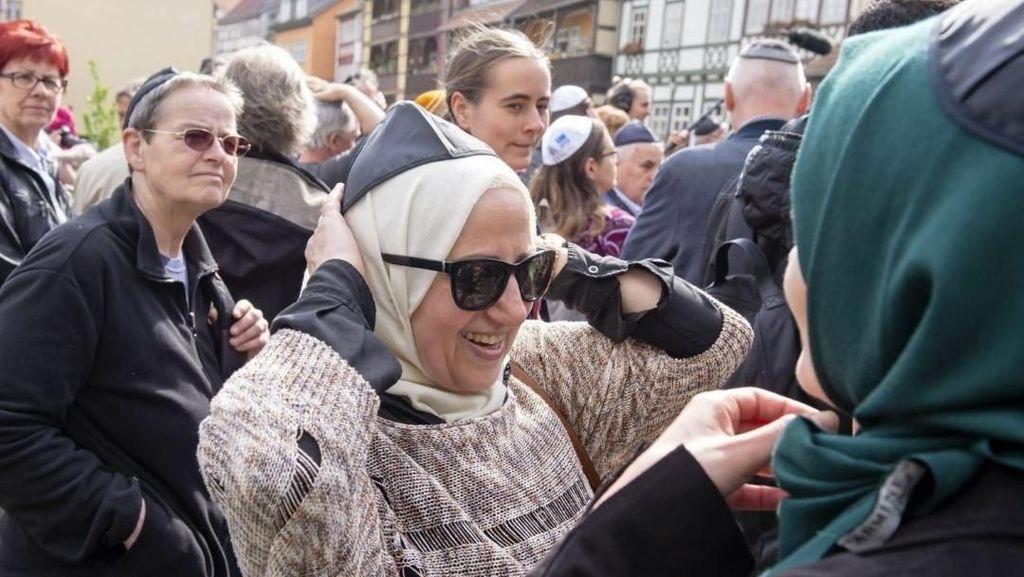 Hijabers Jerman Turun ke Jalan Tunjukkan Solidaritas untuk Kaum Yahudi