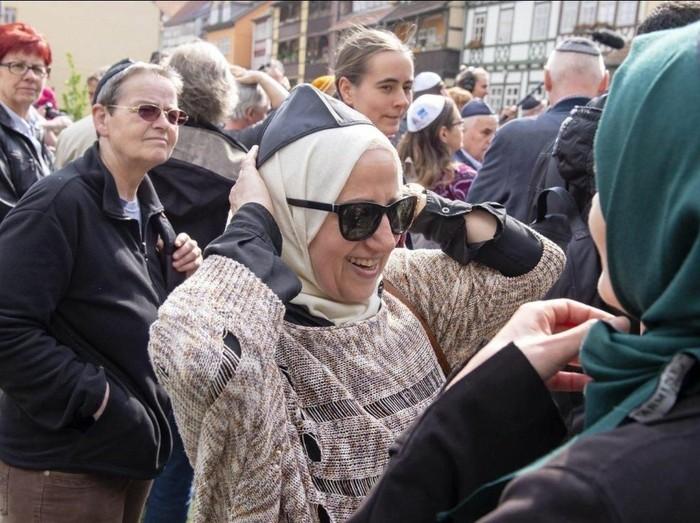 Hijabers Jerman Turun ke Jalan Tunjukkan Solidaritas untuk Kaum Yahudi. Foto: Twitter