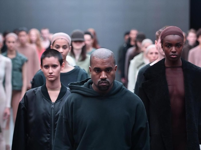 Kanye West saat fashion show koleksi Yeezy. Foto: Getty Images
