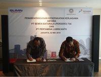 Penandatangan kesepakatan oleh Direktur Utama PT Pertamina Lubricants, Afandi dengan Direktur Utama PT Semen Baturaja (Persero) Tbk Rahmad Pribadi (Foto: Dok Pertamina Lubricants)