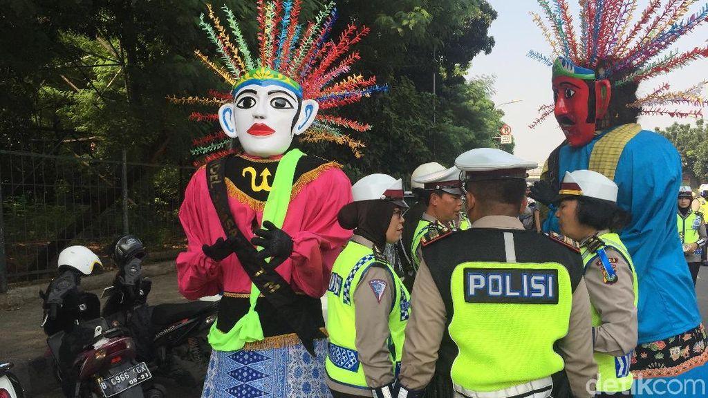 Saat Ondel-ondel Ikut Operasi Patuh Jaya di Jaktim