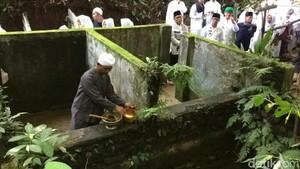 Foto: Ritual Membersihkan Diri di Ciamis