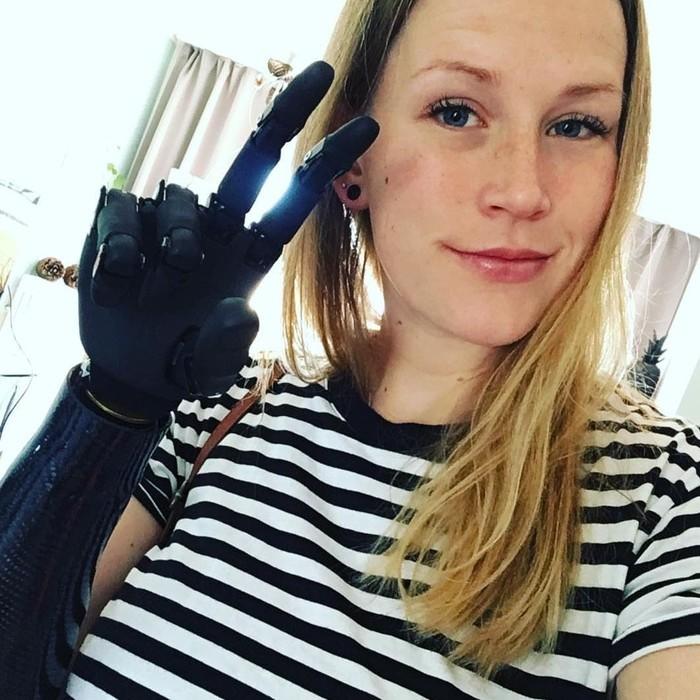 Bergaya dengan tangan bionik membuat seseorang sekilas jadi seperti cyborg. (Foto: Instagram/ms_robot_germany)