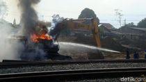 Backhoe Proyek Underpass Rel KA di Purwokerto Terbakar