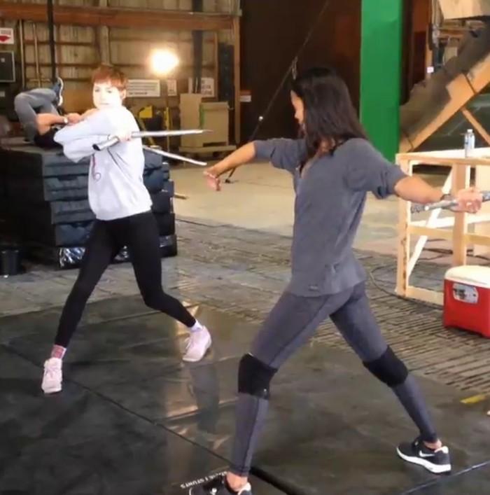 Saat berperan jadi Gamora, ia juga berlatih dengan keras. Bahkan, ia bisa melakukan koprol dengan mudah. (Foto: Instagram/zoesaldana)