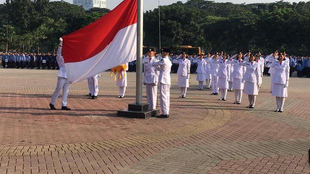 Pengibaran Bendera Merah Putih saat Upacara Hardiknas di Monas,