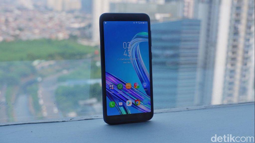 Asus membekali ponsel ini dengan layar 5,45 inch dengan resolusi HD+ dan aspek rasio 18:9. (Foto: detikINET/Adi Fida Rahman)