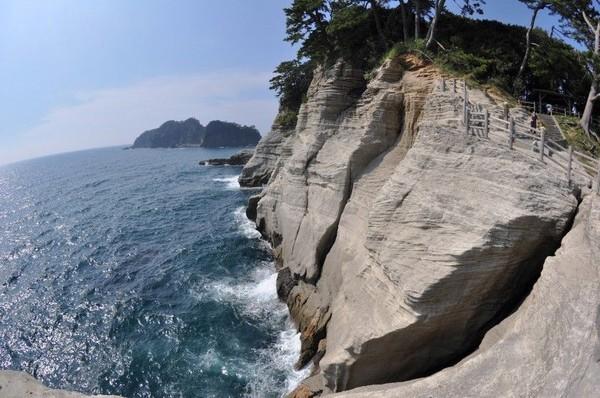 Dari Jepang, ada Geopark Izu Peninsula di Pulau Honshu. Geopark ini tercipta dari dua lempengan gunung api dan tektonik. Sejumlah pemandian air panas juga dapat ditemui di sini (dok unesco.org)