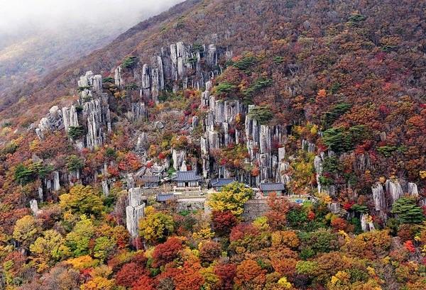 Korea Selatan pun tidak mau ketinggalan dengan tetangganya. Geopark Mudeungsan di atas Kota Gwangju yang disakralkan juga turut diakui oleh UNESCO tahun ini (dok unesco.org)