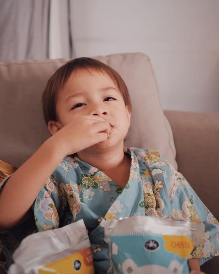Bjorka Dieter Morscheck lahir pada 24 Februari 2016. Di usianya yang ke-2, Bjorka sangat doyan ngemil. Kali ini ia melahap popcorn aneka rasa khusus anak-anak. Dari ekspresi Bjorka, popcornnya terlihat enak ya! Foto: Instagram sabaidieter