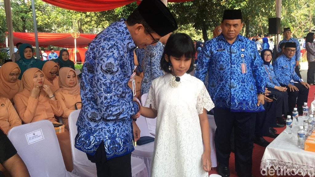 Sandi Kagum Lihat Siswi SLB Nyanyi Indonesia Pusaka di Hardiknas