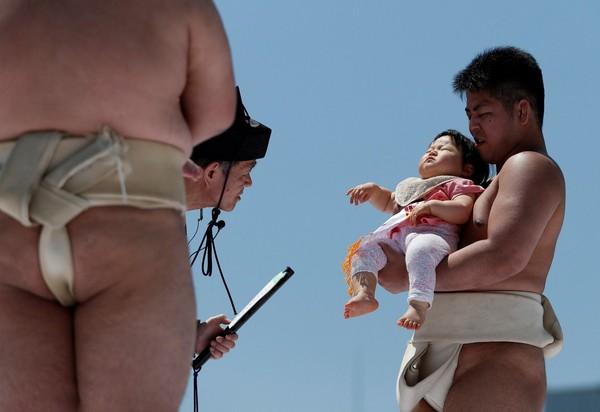 Mulai dari mengayunkan bayi ke udara, menakuti dengan topeng, atau membuat suara-suara aneh. (Reuters)