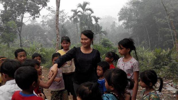 Hardiknas, Yuk Melihat Semangat Belajar Anak Suku Pedalaman di Riau