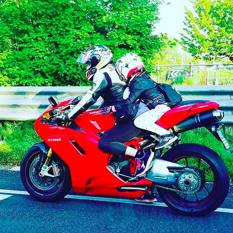 Milena Deidda mengendarai moge mengantar anaknya. Foto: Ducati