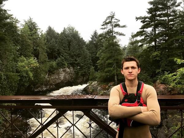 Tom Holland paling suka posting foto saat main ke hutan lho. Suka back to nature ya? (tomholland2013/Instagram)