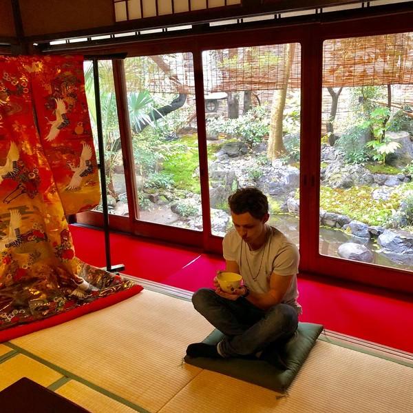 Saat promo film-filmnya ke berbagai negara, dia juga menyempatkan diri untuk berwisata. Saat di Kyoto, Jepang, aktor kelahiran tahun 1996 ini mencoba upacara minum teh (tomholland2013/Instagram)