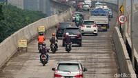 Apalagi kondisi jalan yang sedang dalam perbaikan, tentu saja hal itu dapat mengganggu dan membahayakan pengendara lainnya.