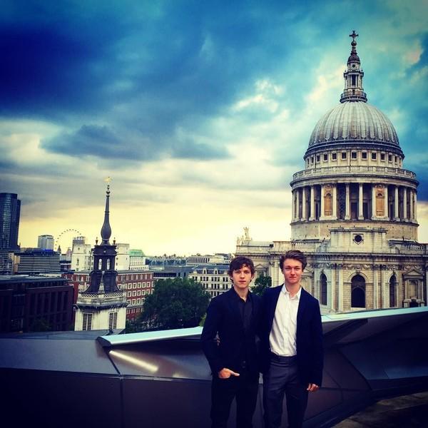 Pose Tom Holland di London, Inggris (tomholland2013/Instagram)