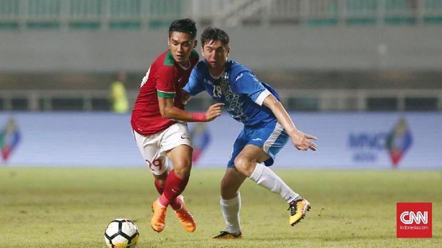Timnas Indonesia berusaha keras melakukan tekanan ke pertahan Uzbekistan. (