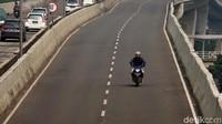 Terlihat seorang pengendara motor dengan sangat berani menerobos JLNT Casablanka.