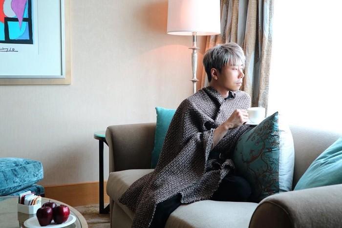 Good Morning all of you guys i wish you have great day tulis Roy dalam captionsnya. Ia terlihat memegang gelas teh sambil memandangi jendela. Di meja juga sudah ada tiga buah apel merah segar. Foto: instagram @roykiyoshi